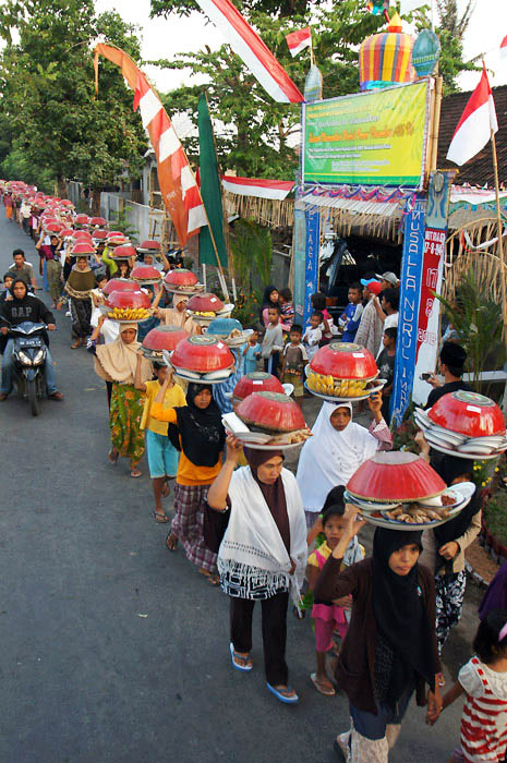 Tradisi Ngejot masyarakat Lenek, Lombok Timur