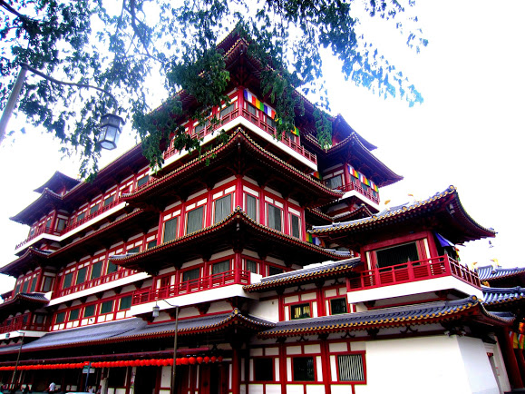 Buddha Tooth Relic Temple in the Middle of Singapore