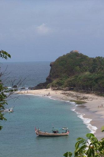 pantai dari atas bukit