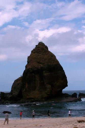 batu besar, didekat sini biasanya banyak yang berenang