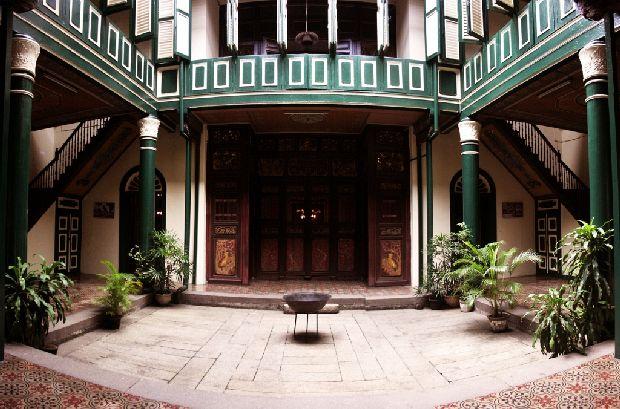 foto pinjem di sini http://baltyra.com/2011/11/07/catatan-perjalanan-menikmati-sepotong-nada-di-tjong-a-fie-mansion/