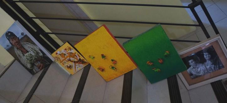ini sebagian lukisan yang belon di frame karena gak ada duit hahaha. Ya udin di tarok di tangga aja
