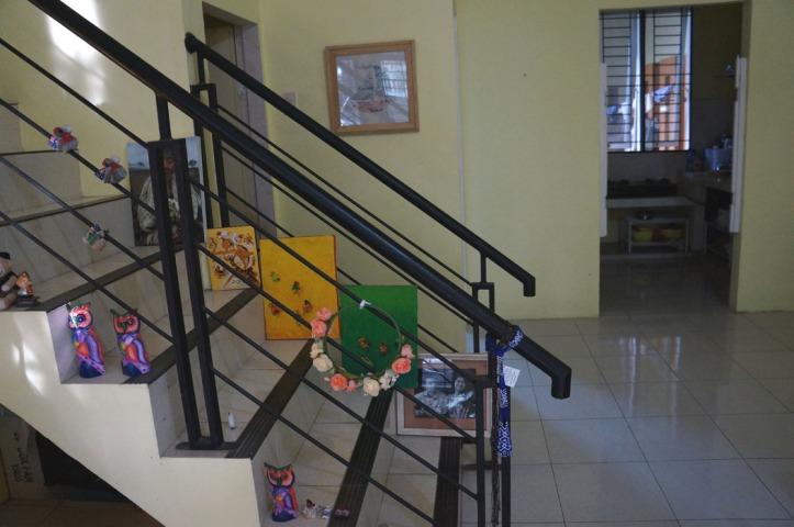 yang di dinding itu my mom art work :) keren yaaa. perintilan di tangga entah di dapat dari mana aja, karena gak ada tempat, jadi ditarok di tangga termasuk piring2 tua dari mendiang ibu kos dulu