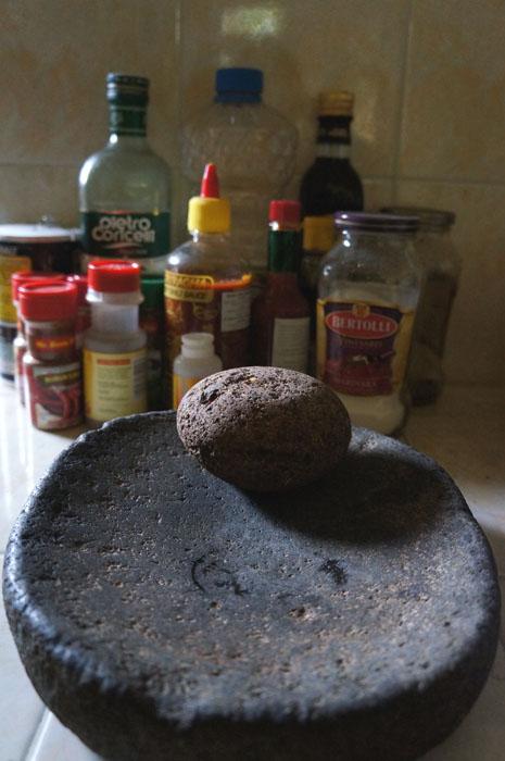 lanjut ini dapur :) gilingan batu itu ngembat punya nyokap. Biasanya Matt yang make untuk giling cabe karena pake blender rasanya beda kata dia *halah sok pinter lu *