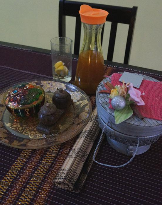 ini yg ada di atas meja makan. Taplaknya dari ULOS ( cantikkkk ya kain ulos itu ), trus ada besek dari temen saya Dini, Trus piring buah batik dari kedaung, toples kecil hadiah natal dari tante vina ( artwork ), tempat garam dari bambu ( beli dibali), gelas minuman pagi saya dan tentu 1 jar besar JAMU KUNYIT ASAM untuk kita berdua hahaha ( we love jamuuuuuuu)