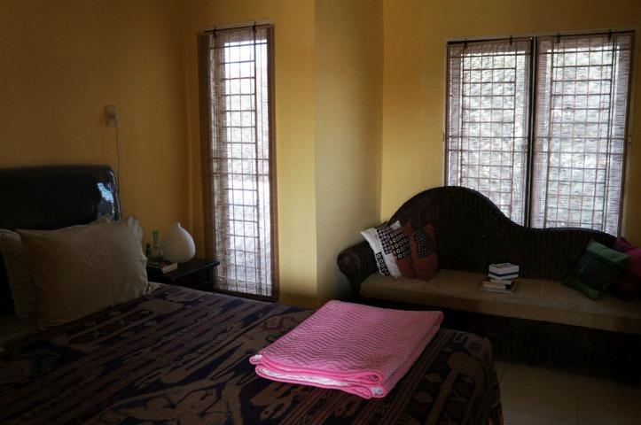 sofa ini ada di kamar, awalnya bertujuan untuk baca2 sebelum tidur yg terjdi adalah begitu masuk kamar kami langsung tidur dong hehehe.  DIatas sofa ada bantal yg saya beli di yogya n bangkok trus tumpukan majalah n buku, diatasnya ada box tempat surat2 cinta kami dulu :)