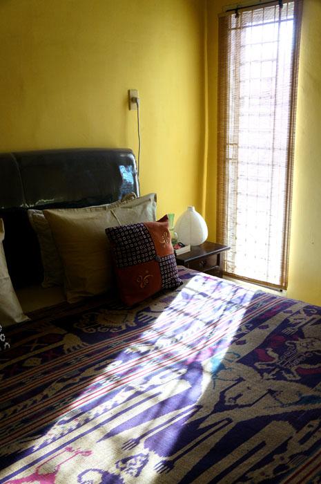 kamar tidur, tutup tempat tidurnya itu tenun ikat lombok