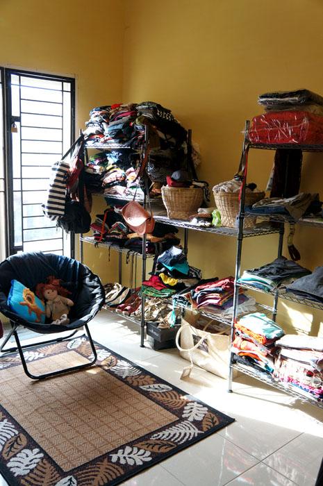 tadinya mau buat walking closet, apa daya duitnya abis hehe. Semua shelfing kita beli di Ace Hard Ware, sementara untuk tempat underwear saya pake keranjang bambu. Sebagian baju, sepatu n tas masih di rumah nyokap, gak cukup