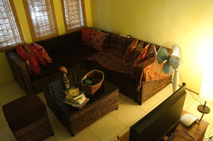 tau gak apa yang ganggu saya? i need green colour di sofa kan? mungkin harus beli tenun ikat warna ijo atau sarung bantal ijo kayaknyaaa * duit monopoli*