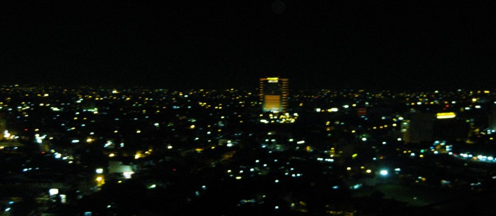 ini pemandangan malam itu dari skybar :) maaf fotonya gak bagus, abis ngambilnya cuman pake kamera kicik