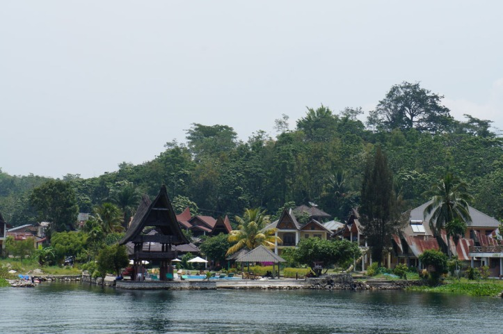 foto hotel dari danau