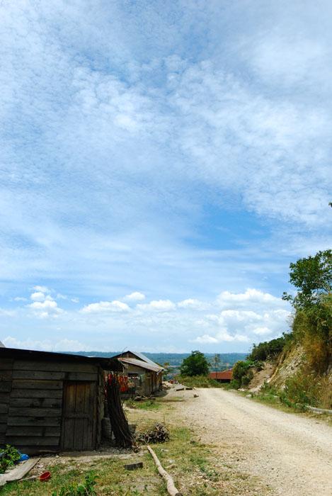desa kecil di atas pangururan. jalanan kesini jelek banget karena baru dibuka dan masih penuh lalang2 gitu