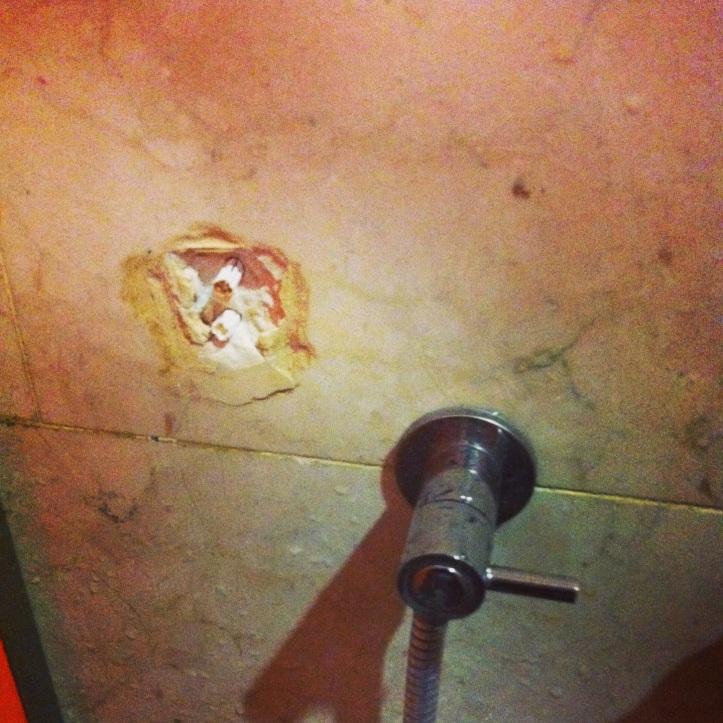 foto tempat cantelan shower di toilet cewek yang udah coplok di tanggal 30 juli 2013 .