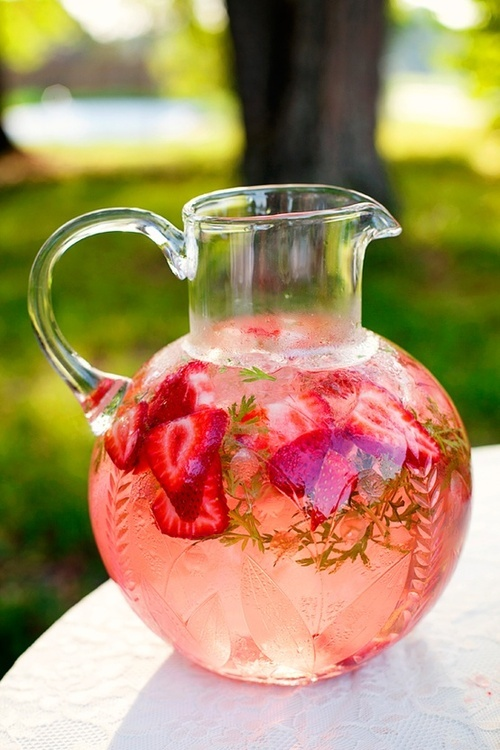 pic pinjem dari positivemed.com All you need for Infused water pincher is: 10 large strawberries ½ cup of sliced watermelon ¼ cup of mint leaves 6 cups of water Ice Fill the bottom of a pitcher with the ice cubes and top it with strawberries, watermelon and mint leaves. Fill the rest of the way with filtered water and let it cool.