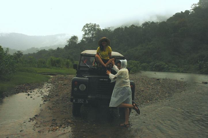 sewaktu mau nyebrang sungai. Driver cek-cek kedalaman air, cewek-cewek berfoto dong :)