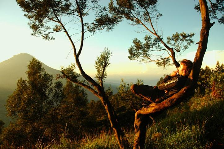 si jupri yang dari datang sampai kami turun nongkrong trus di pohon itu. Jupri ini bule aussie yang lagi belajar bahasa di yogya hehe.