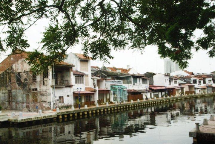 perumahan pinggir sungai