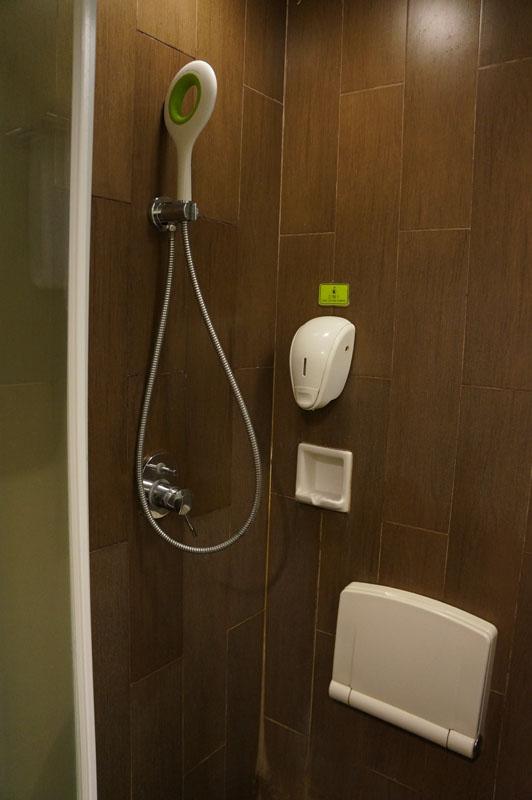 kamar mandi, si shower gede tepat di atas kepala kita. asik banget