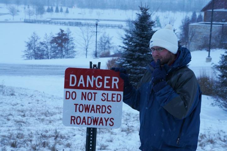 Sebenarnya di bukit yang ini agak bahaya sledding karena langsung ke jalan dan danau tapiiiiii ini bagian paling seru dari bukit, sehingga kita semua pada bandel deh haha
