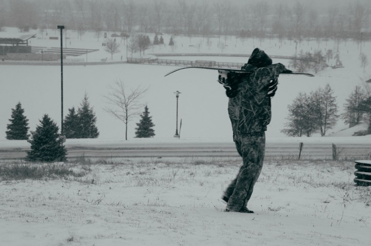 Ada yang nekat sledding sambil berdiri