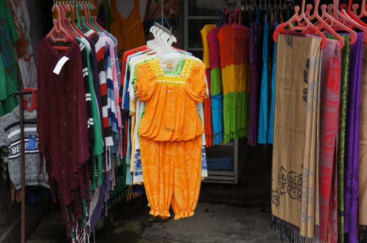 Ketinggalan baju, beli aja di pasar :)