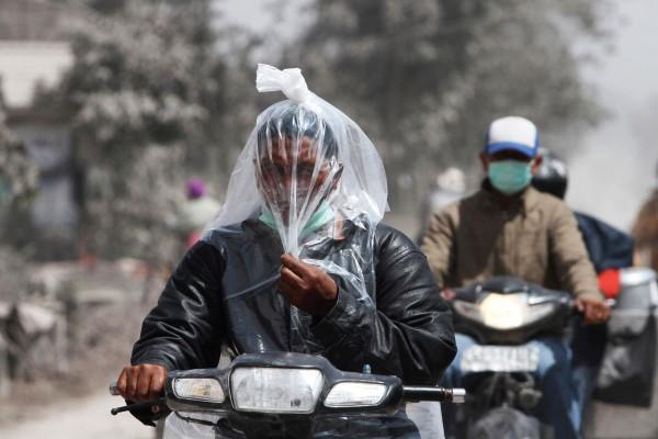 pic dari news.howzit.msn.com Kita sempet beberapa kali ketemu pengendara motor yang tertutup plastik gini tapi gak bisa di foto karena kita didalam mobil dan mereka melaju cepat