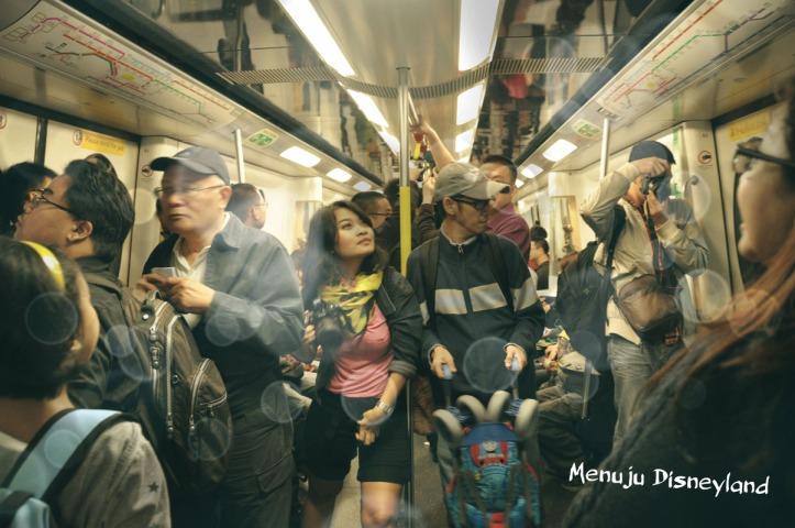 Turis takjub di dalam kereta menuju Disney