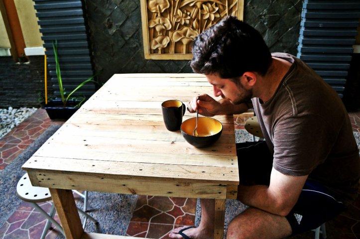 Gak sabaran belon kelar langsung dipake buat sarapan pagi mejanya