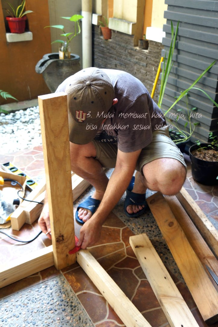 Setelah frame selesai, mulai pasang kayu satu persatu