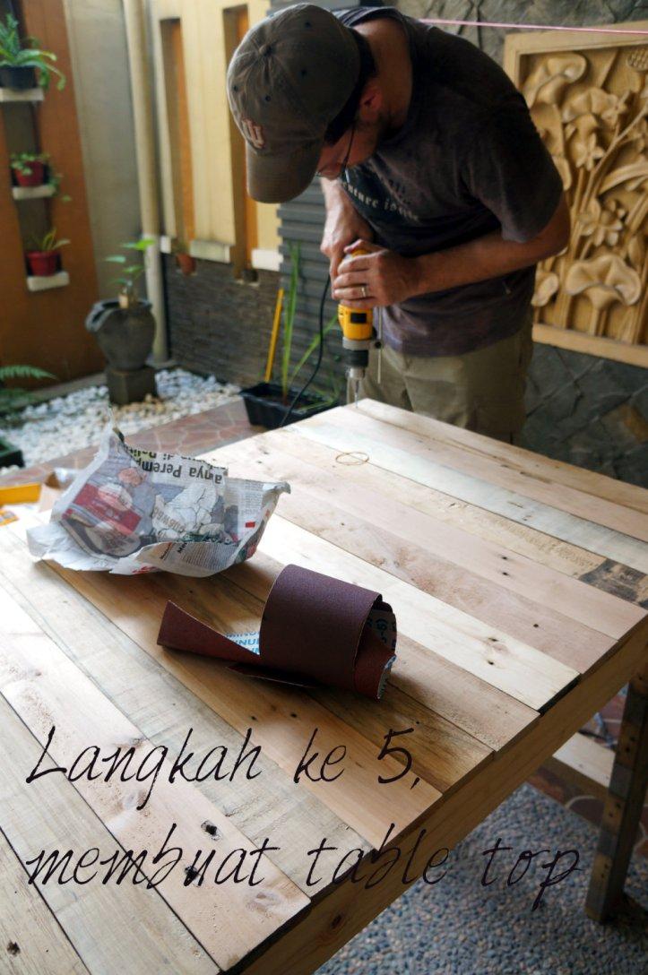 langkah ke 5, menyusun table top. Sesuaikan dengan selera kalian untuk pilihan motif kayu