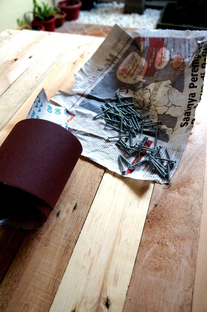 Sebagian mur yang diperlukan. Ketika memasang mur untuk table top, sesuaikan dengan selera. Bisa dengan 2 mur untuk satu kayu atau 1 mur. Kita kemaren pake 2 mur