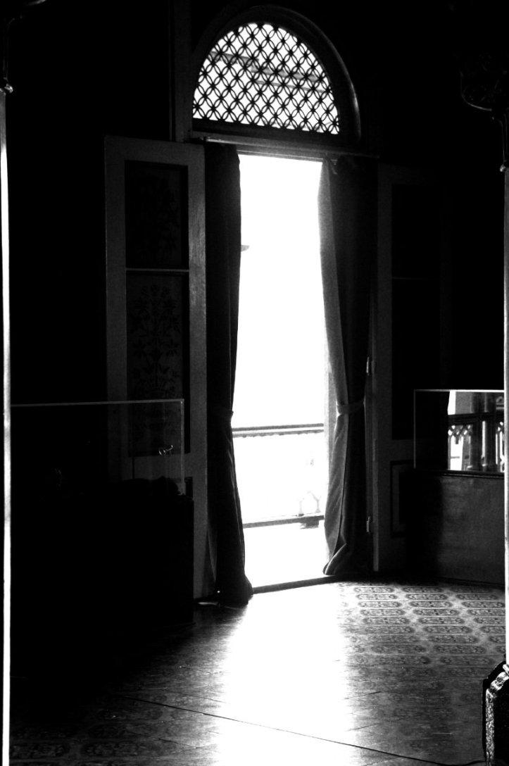 Pintu-pintu besar yang terbuka