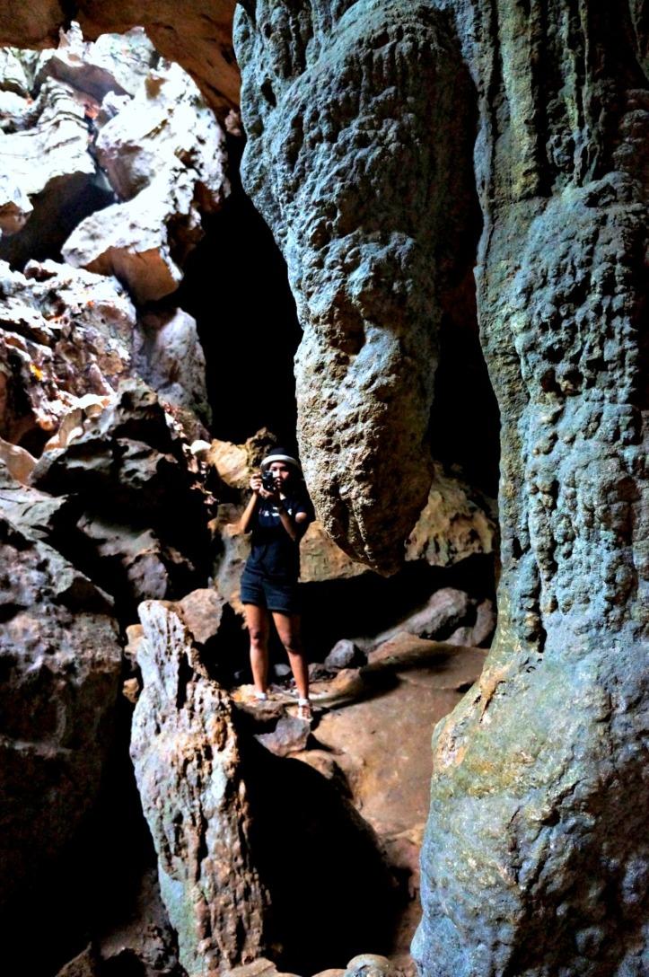 Bandingkan besarnya batu dengan Ika. Ehh yang diatas namanya stalaktit atau stalakmit ya? lupa :(