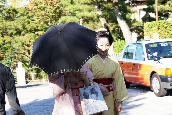 Angkat payung ogah di foto :)