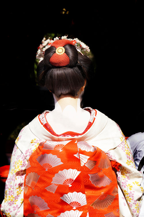 Tanda V di leher itu menurut yang saya baca artinya semakin panjang bentuk V-nya kebawah berarti sang Geisha semakin provokatif.