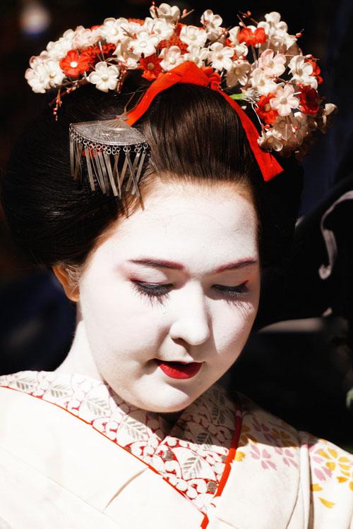 Soal Rambut yang tersanggul rapi sampai membuat saya penasaran gimana caranya mereka tidur, Geisha kadang memakai wig atau  rambutnya di bentuk dengan cara me-wax agar lebih mengembang. dan yang perlu dihindari adalah terlalu sering mencuci rambut ataupun menyisir rambutnya yg bisa mengakibatkan kerontokan rambut ataupun rambut tidak dapat mengembang. Mereka cuman keramas 2 kali dalam sebulan, huaa.....