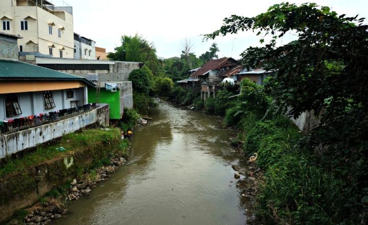 Sisi yang sama dari Sungai Deli. Ada program dari pemerintah untuk membersihkan sungai ini. Menurut bebrapa temen saya di beberapa daerah aliran sungai udah lumayan bersih plus yang buang sampah sudah dikenakan denda. Semoga menyusul didaerah ini ya