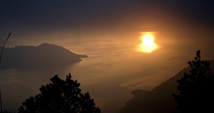 Sunrise. Sebenarnya kemaren itu gak ada matahari sama sekali di pagi. Gelap banget. Untungnya setelah nunggu 2 jam, masih dapetlah mataharinya.