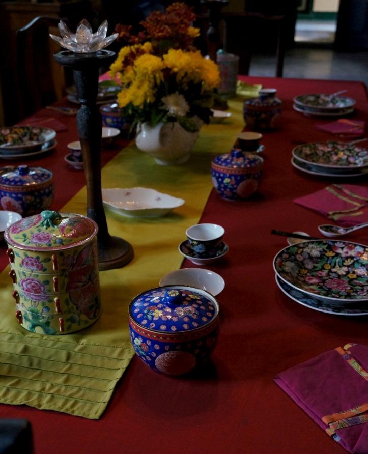 Ruang makan dengan peralatan yang mengundang :)