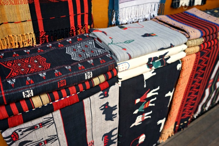 Berbagai kain tenunan yang dijual di pasar. Satu kain sekitar USD 35