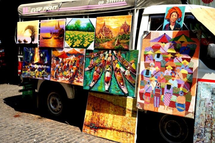 Pedagang lukisan di pasar. Kalau gak inget mesti gotong2 tas dan manggul backpack, rasanya semua mau dibeli