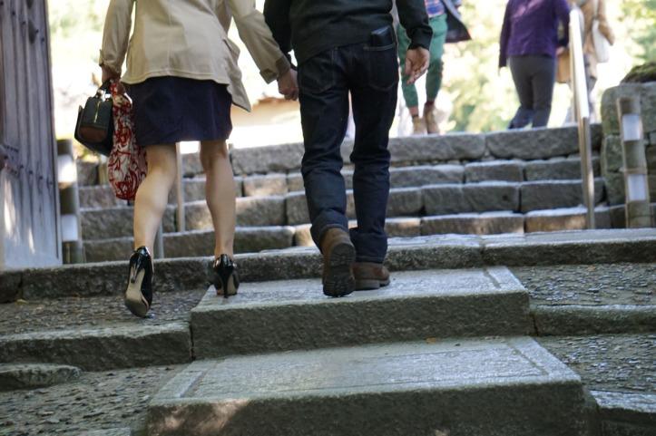 Dimana-mana cewek Jepang suka banget pake high heels.