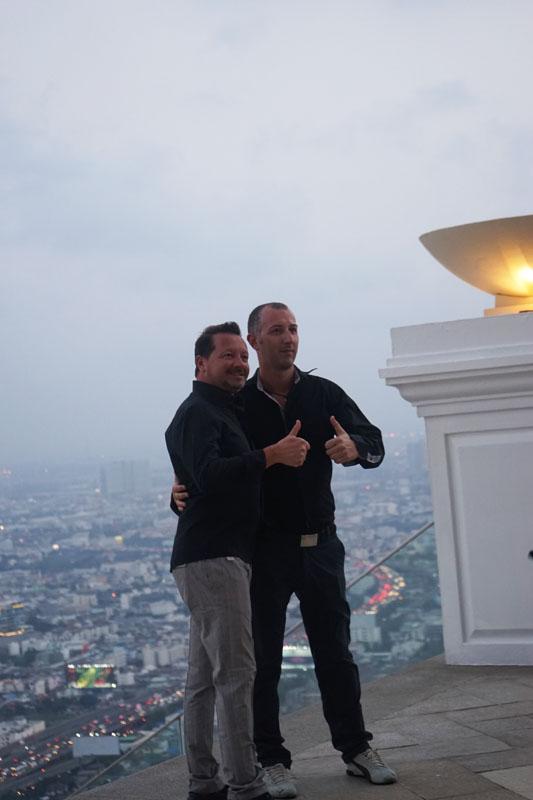Sirocco Restaurant Bangkok - State Tower 63rd Floor. Tebak mereka dari negara apa?