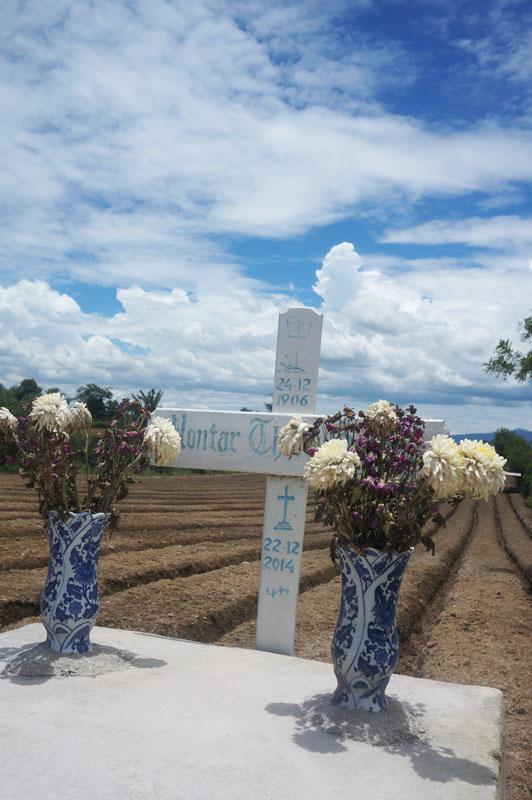 Kuburan di tengah ladang. Jadi kalau di Sumatera Utara, biasanya suku Batak atau Karo selalu memiliki kuburan di ladang mereka dan ukurannya besar-besar
