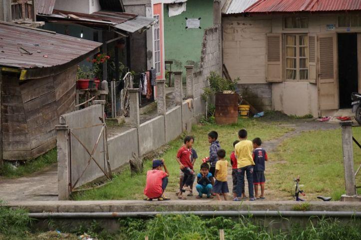 Anak-anak bermain di pinggir sungai