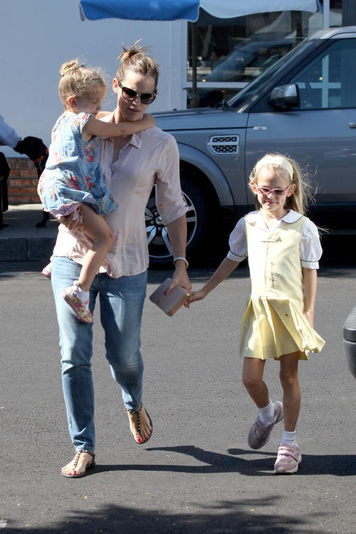Jennifer Garner takes Violet and Seraphina to Baskin Robbins in Santa Monica.