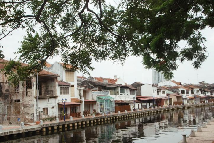Melaka Malaysia Melaka memiliki sebuah sungai yang bisa kita arungi dengan menggunakan kapal. Ini rumah-rumah cantik di pinggir sungai. Btw sungainya bersih dan gak bauuuuuuu