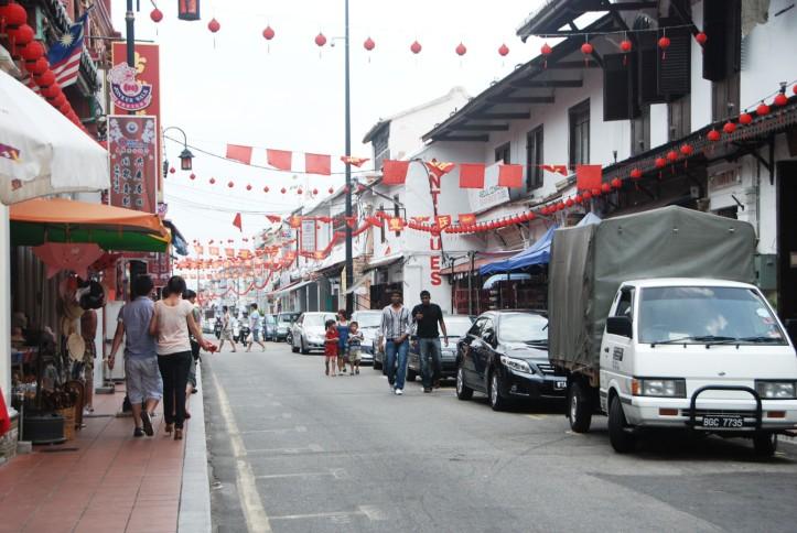 Melaka Malaysia Jonker Street yang terkenal itu. Di simpang jalan ini ada Nasi Hainan yang super enak. Hati2 karena katanya gak halal haha.  Oya antrinya bisa sampai 1 jam di tempat chicken hainan itu