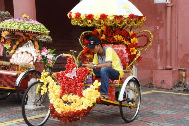 Melaka Malaysia Becak di Melaka. Sekarang mereka udah gak pake bunga2 lagi tapi berganti dengan karakter2 dari film kartun