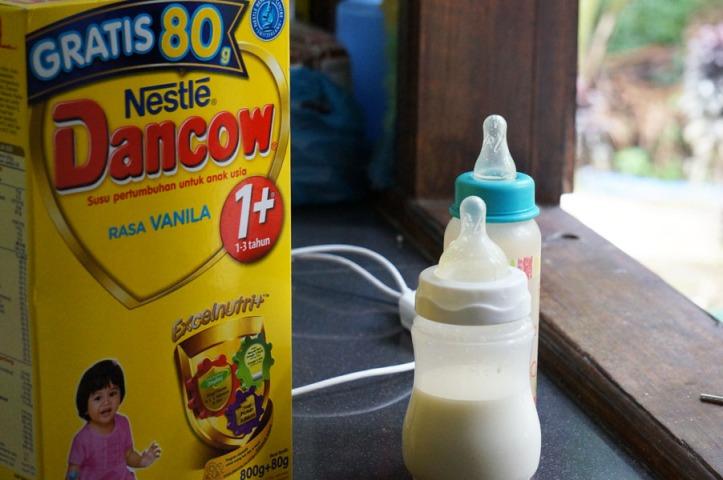 Orangutan Karantina Sebagian susu untuk bayi2 OU